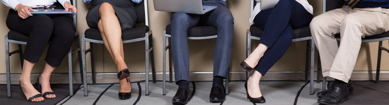 5 candidats présent à un entretien d'embauche