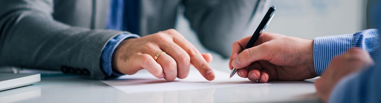 Un responsable d'entreprise signe un contrat